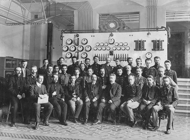 Группа студентов с профессором эле